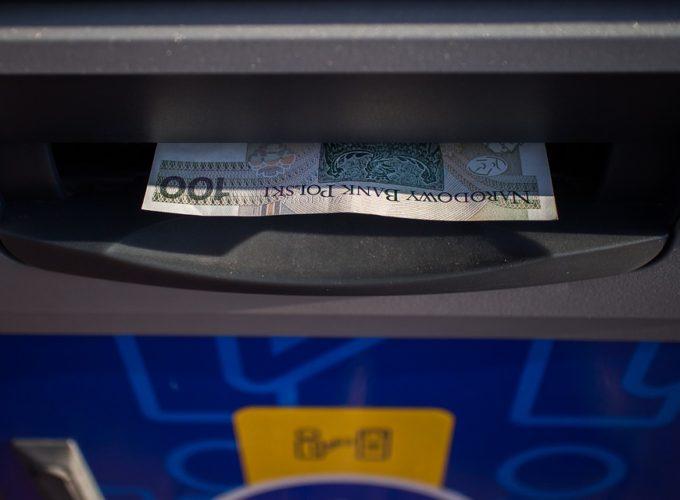 Výběr z bankomatu v cizině