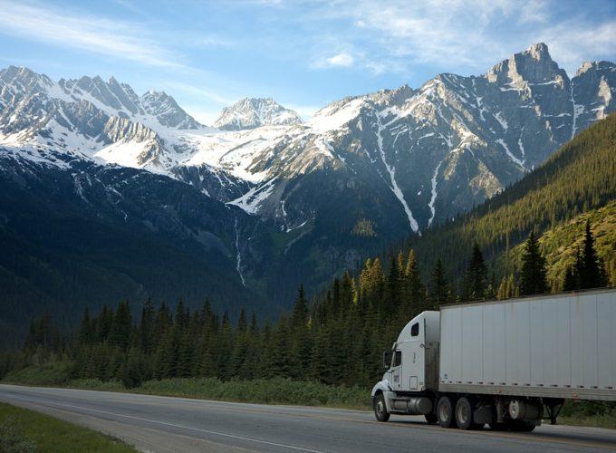 Čeští řidiči a kanadské silnice. Co vás může při řízení v Kanadě překvapit?