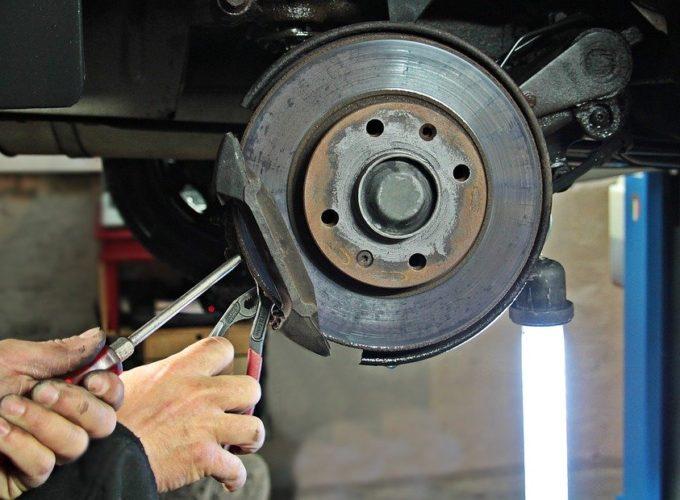 Při domácích opravách aut se velmi chybuje. Jak konkrétně?